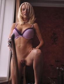 Blonde shows her wonderful body