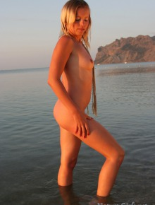 Nude babe posing when sun go down