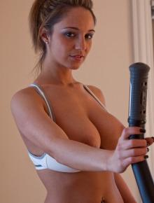 Nikki Sims exercise on stepper